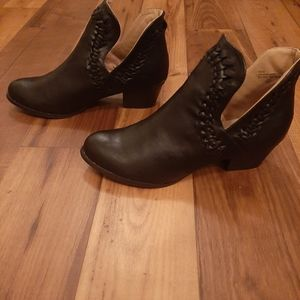 Chase + Chloe Ankle Bootie NWOT (8)